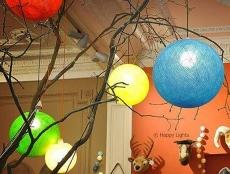Happy Lights zijn in feite handgemaakte balletjes die bestaan uit gekleurde draad.