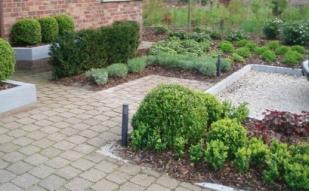 Naast het ontwerpen en aanleggen van tuinen kan je eveneens rekenen op 't Festoentje voor het onderhoud ervan. Dit kunnen zowel grote als kleine taken zijn, in zowel grote als kleine tuinen.